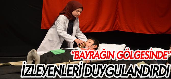 """""""BAYRAĞIN GÖLGESİNDE"""" İZLEYENLERİ DUYGULANDIRDI"""