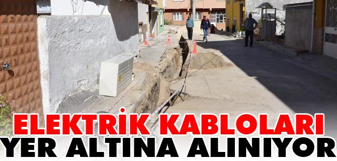 ELEKTRİK KABLOLARI YER ALTINA ALINIYOR