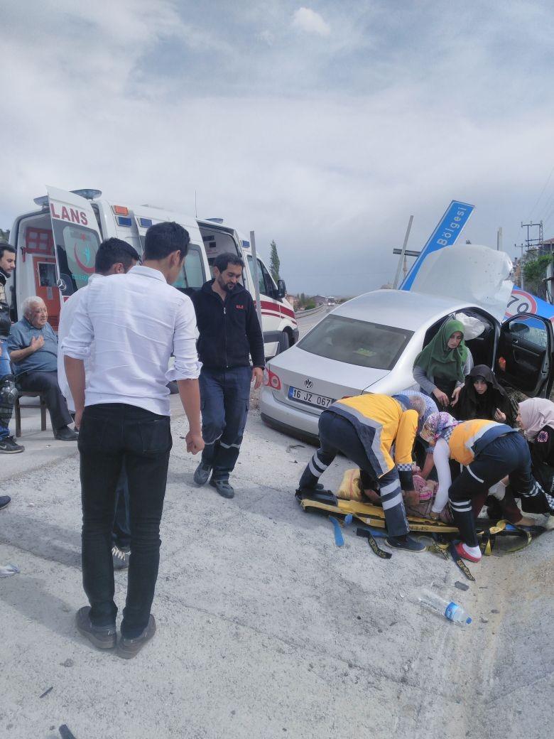 bilecik'in-bozuyuk-ilcesinde-bir-aracin-trafik-levhasina-carpmasi-sonucu-meydana-gelen-trafik-kazasinda-1i-cocuk-3-kisi-yaralandi.-2.jpg