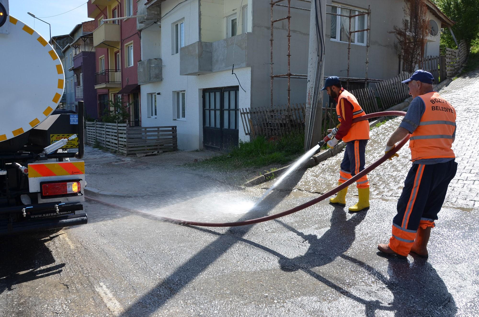 bozuyuk-belediyesi-ekipleri-caddeleri-yikayarak-temizliyor.jpg