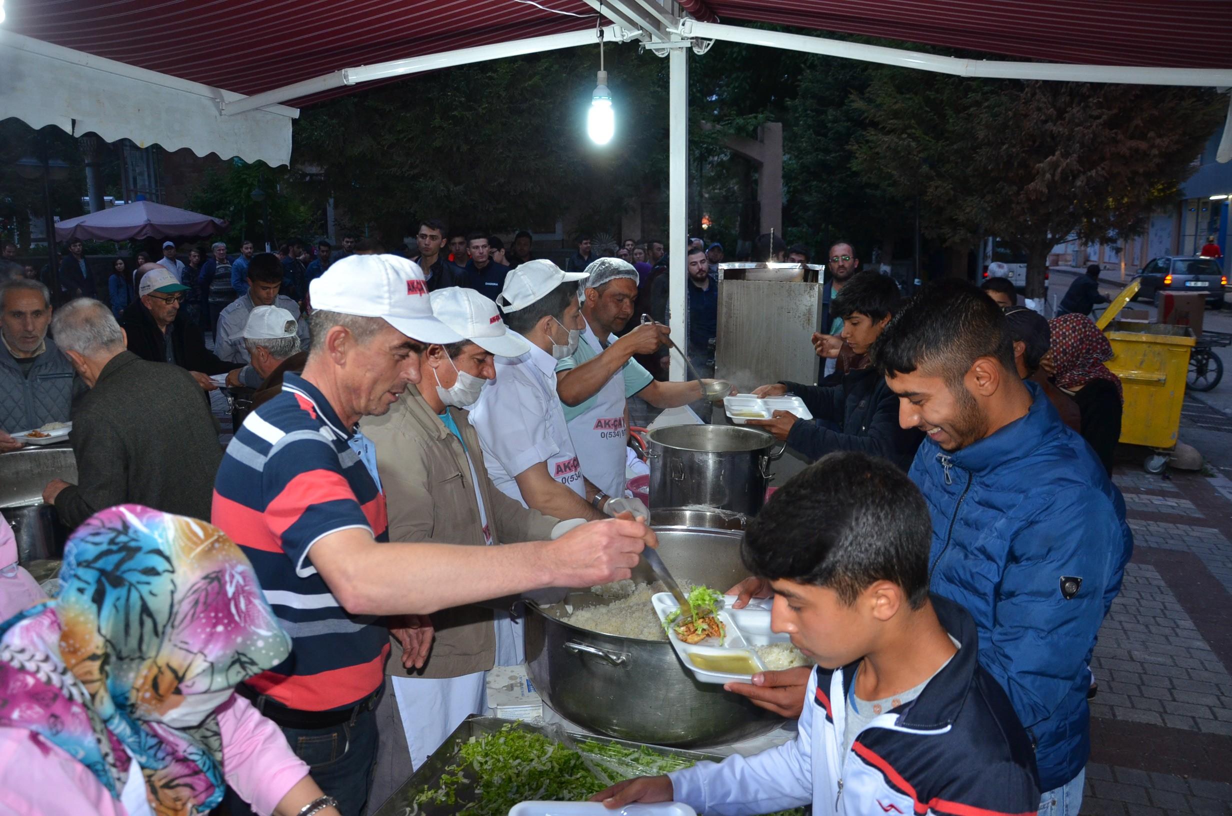 bozuyuk-belediyesi-iftar-cadirinda-ilk-oruclar-acildi5.jpg