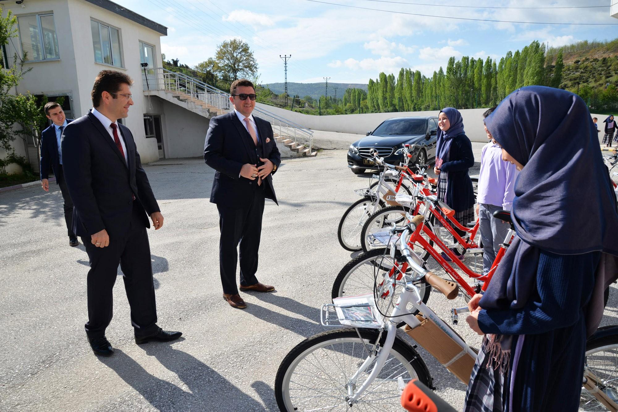 hadis-ezberleme-yarismasinda-dereceye-giren-ogrencilere-bisiklet1.jpg